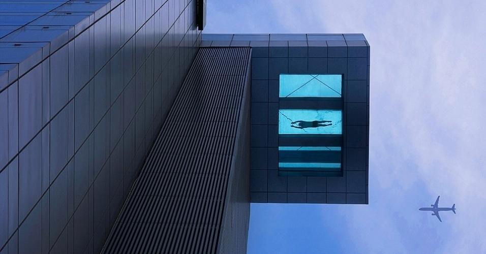 Esta incrível piscina de um luxuoso hotel em Xangai, na China, foi feita só para os mais corajosos. Ela foi montada no 24º andar do prédio e uma pequena parte de seu fundo é de vidro, o que dá a sensação de nadar nas alturas