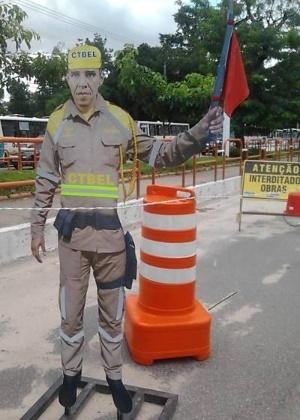 Rosto de Barack Obama é usado em bonecos para desviar o trânsito em Belém (PA)