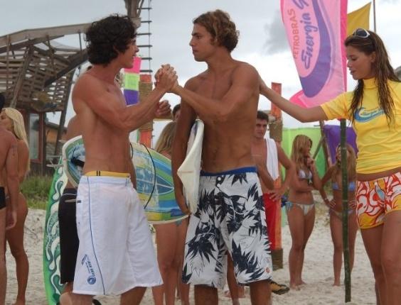 """2004 - Thor (Cauã Reymond) e Dionísio (Pedro Neschling) se cumprimentam em cena de """"Da Cor do Pecado"""". Do lado direito, Moa (Alinne Moraes)"""