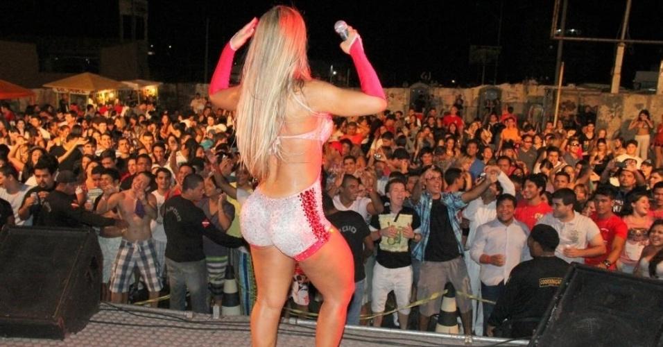 A funkeira Valesca Popozuda se apresenta em um evento para universitários em Salinas, no Pará. Valesca dançou na boquinha da garrafa e tirou fotos com o público (20/5/12)