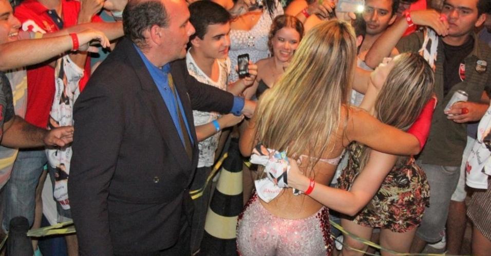 Valesca Popozuda é assediada pelo público após show para universitários na cidade de Salinas, no Pará (20/5/12)