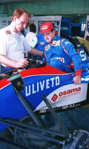 Rubens Barrichello estreou na Fórmula-1 em 1993, pela equipe Jordan. Na foto, Barrichello faz a regulagem do banco de seu carro para sua primeira corrida no GP Brasil, em Interlagos, sua 2ª corrida na carreira.