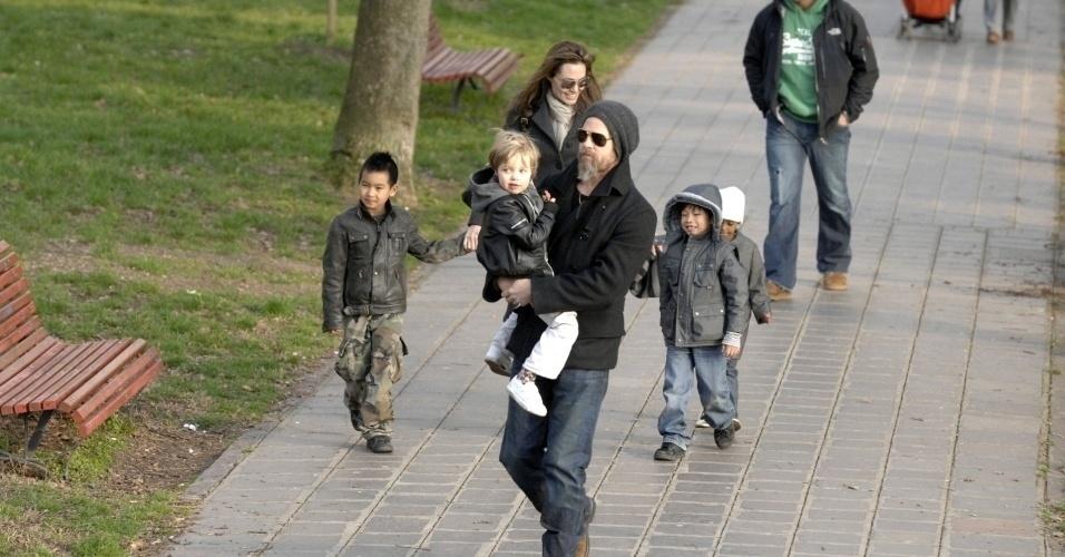 Angelina Jolie e Brad Pitt passeiam com os filhos Maddox, Shiloh, Pax e Zahara (da esq. para a dir.) em parque de Veneza (6/3/10)