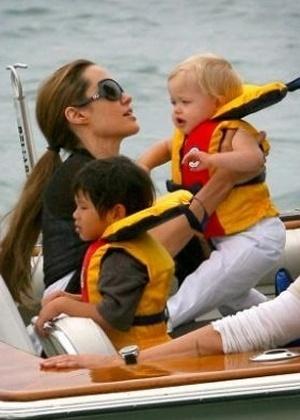 Angelina Jolie leva os filhos para um passeio de barco no Lago Michigan, em Chicago. Shiloh, até então a caçula, é carregada pela mãe para poder entrar na embarcação (18/8/07)
