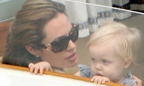 Angelina Jolie passeia em um táxi marítimo com a pequena Shiloh, de um ano e três meses, acompanhada do marido Brad Pitt e dos demais filhos em Veneza (3/9/07)