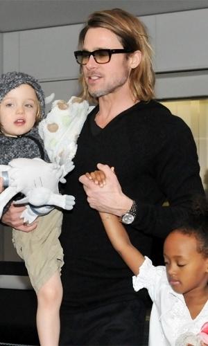 Brad Pitt é fotografado com as filhas Shiloh (esquerda) e Zahara no aeroporto internacional de Tóquio em 11 de novembro de 2011