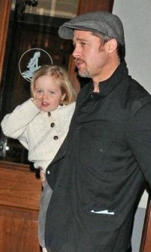 """Brad Pitt leva Shiloh e os demais filhos para ver o espetáculo da Broadway """"A Pequena Sereia"""", em Nova York. Alheia aos cliques dos fotógrafos, a pequena Shiloh capricha na """"limpeza do salão"""" (25/2/09)"""
