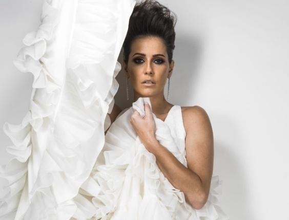 """Deborah Secco participou de um ensaio para a revista UMA de junho.  A atriz revelou modéstia ao falar de sua beleza à publicação: """"Sou uma mulher normal. Se não fosse famosa, ninguém iria me notar"""", afirmou."""