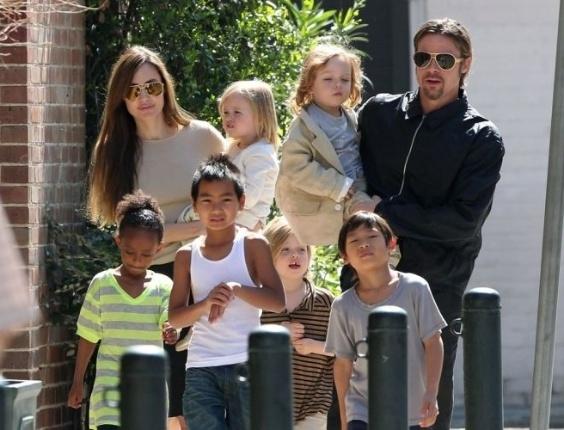 O casal Angelina Jolie e Brad Pitt passeia com os seis filhos pelas ruas de Nova Orleans (20/3/11)