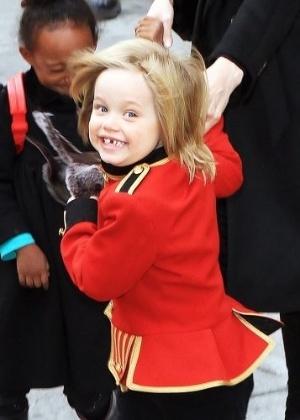 Shiloh vai vestida de soldado a um passeio em Manhattan, na companhia da mãe, Angelina Jolie e de seus irmãos (8/12/10). A garotinha completa 5 anos nesta sexta-feira (27/5/11)