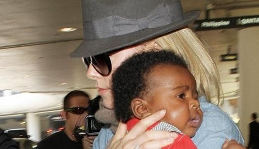"""Charlize Theron, 36, fez uma revelação surpreendente sobre a criação de Jackson, filho que ela adotou em março (2012). Segundo a atriz, ela não se considera mãe solteira porque conta com a ajuda de seus dois """"garotos"""", os cachorros Berkley, um terrier mestiço, e Blue, um pit bull."""