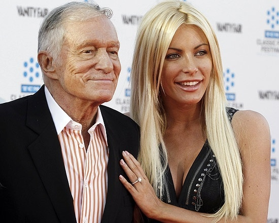 """Depois de levar um fora uma semana antes do casamento, Hugh Hefner, 86, deixou que sua ex-noiva, Crystal Harris, 26, voltasse a morar na mansão da """"Playboy"""" (31/5/12)"""