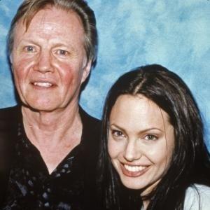 Em foto de 2001, Angelina Jolie aparece ao lado de seu pai, Jon Voight, com quem não falava desde 2002. Os dois começaram uma reconciliação em 2007, após a morte da mãe de Angelina
