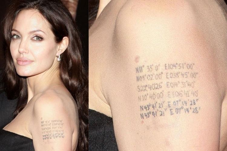 4.out.2008 - Com a chegada dos gêmeos, Angelina Jolie atualiza a tatuagem que tem no braço esquerdo, acrescentando a latitude e longitude do local onde eles nasceram. No caso, Nice, no sul da França. Repare como são os únicos números repetidos