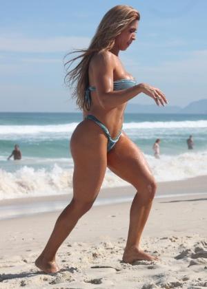 Dani Vieira, musa da escola de samba carioca Viradouro, exibiu o corpo sarado na praia da Barra da Tijuca neste domingo. A bela aproveitou o dia ensolarado para renovar o bronzeado (3/6/12)