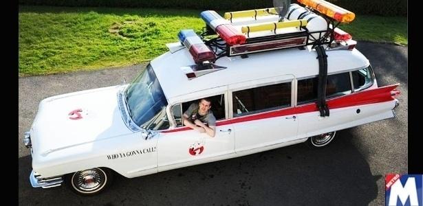 """ã do filme """"Os Caça-Fantasmas"""" (Ghostbusters), o inglês Paul Harborne, 49, restaurou um velho Cadillac e o transformou numa réplica do carro ECTO-1 usado nos filmes de 1984 e 1989. Harborne gastou cerca de R$ 157.000 na transformação e juntou esse dinheiro trabalhando temporariamente como segurança. Para encontrar um Cadillac 1959, ele teve de fazer uma busca intensa pelo Reino Unido e só foi encontrar o modelo em Leicester."""