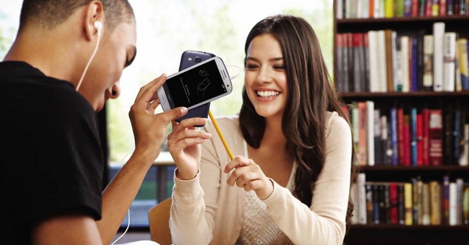 A Samsung lançou o smartphone Galaxy S 3, com Android 4, tela de 4,8 polegadas (resolução de 1.280x720 pixels) e processador de núcleo quádruplo