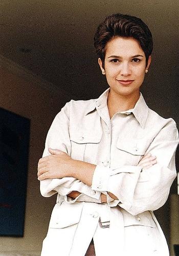 Já em 1996, a apresentadora Sandra Annenberg ostentava seu look com um cabelo bem curtinho e roupas sóbrias (17/3/96).