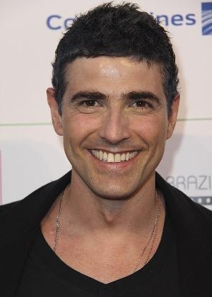 Reynaldo Gianecchini  circulou com novo visual durante o Hollywood Brazilian Film Festival, em Los Angeles (7/6/12). O ator, que estava com os cabelos grisalhos após o tratamento contra um linfoma resolveu escurecer os fios