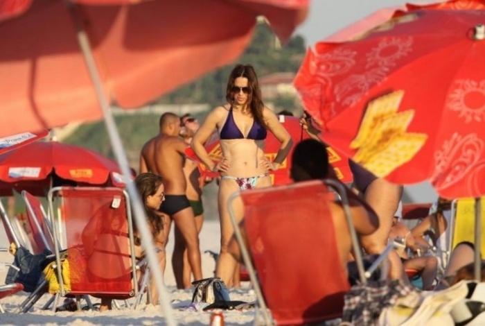 A atriz Isadora Ribeiro mostra que está em forma na praia da Barra da Tijuca, no Rio (7/2/11)