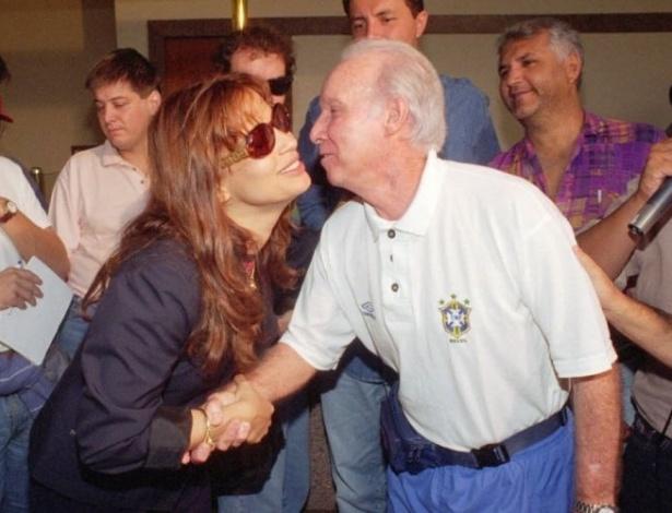 Atriz Isadora Ribeiro cumprimenta o técnico Zagallo no saguão do Castro's Park Hotel, onde ambos estão hospedados. A seleção Brasileira estava concentrada no Hotel para o jogo amistoso contra Honduras, em março de 1995