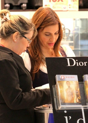 Isadora Ribeiro aproveita para fazer compras no aeroporto Santos Dumont, no Rio (19/11/11)