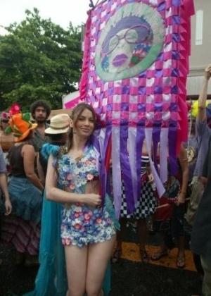 """Isadora Ribeiro exibe estandarte do bloco de carnaval """"Me Beija Que Eu Sou Cineasta"""", na Gávea, Rio de Janeiro (6/2/08)"""