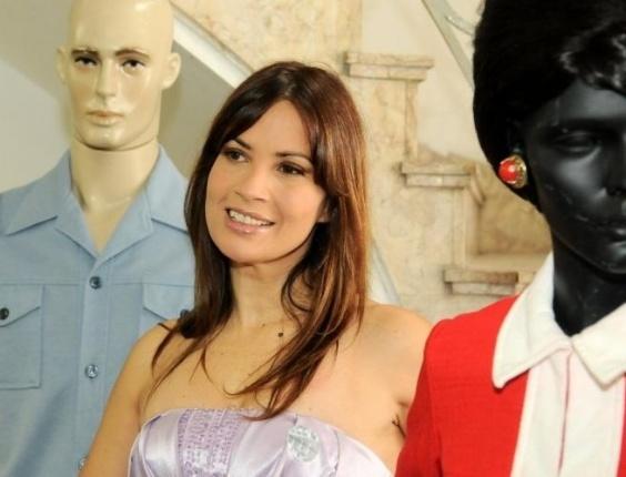 Isadora Ribeiro participa da Coletiva de imprensa com elenco de 'Amor e Revolução', na sede do SBT, em São Paulo (23/3/11)