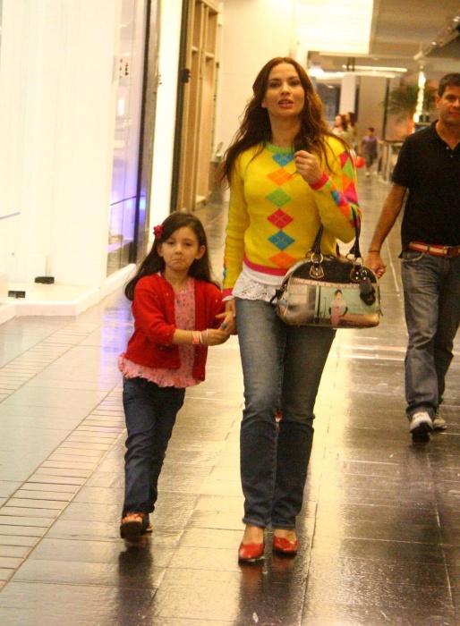 Isadora Ribeiro passeia com a filha Valentine no shopping (18/7/11)