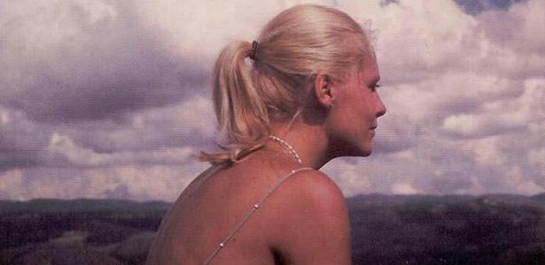 A apresentadora Ana Maria Braga compartilhou em seu Facebook uma foto em que aparece jovem e com os cabelos mais compridos (5/6/12)