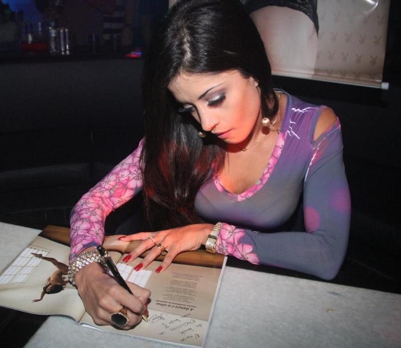 Aline Riscado autografa edição de junho da 'Playboy' em festa no Rio de Janeiro (10/6/12)