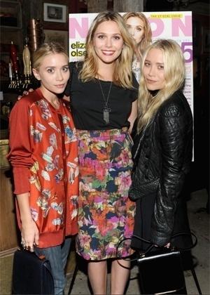As gêmeas posam ao lado da irmã mais nova Elizabeth Olsen, que também é atriz (2012)
