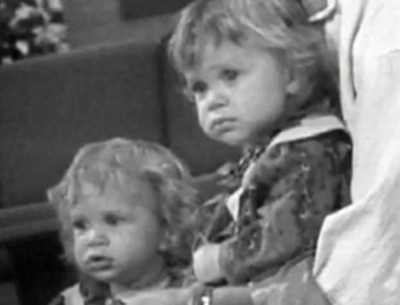 """Em 1987, com apenas nove meses de idade, elas já começaram a trabalhar na TV, atuando como Michelle Tanner, na série """"Três é Demais"""", que era exibida pelo SBT"""