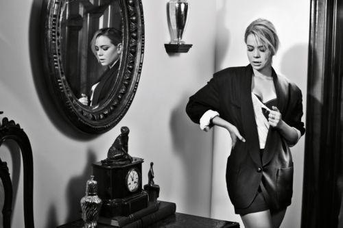"""Leandra Leal, que interpreta a empreguete Rosário em """"Cheias de Charme"""", posou para a revista """"Joyce Pascowitch"""" (junho/2012) com um visual sexy. Em entrevista, a atriz contou que, assim como a cantora da novela, adora cozinhar. Lavar louça e passar roupa, porém, são afazeres domésticos que ela detesta.  ?Tem uma idade em que você vai sendo apresentada para as coisas que devem ser feitas em casa, até para te preparar para o mundo. E desde criança eu sempre odiei essas coisas?, disse"""