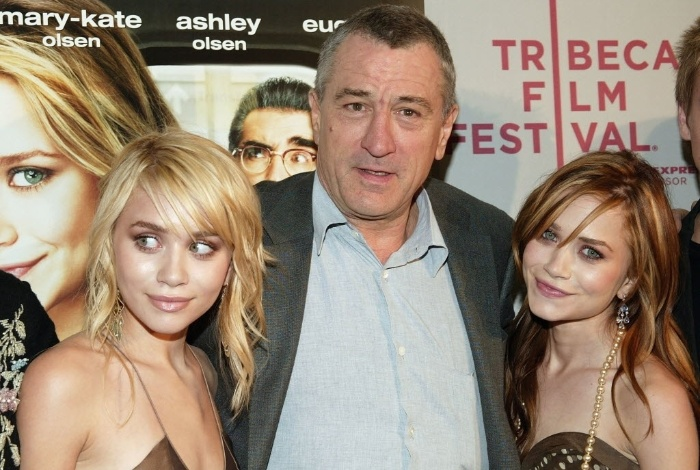 """O ator Robert De Niro abraça as irmãs gêmeas e atrizes Mary-Kate (à direita) e Ashley Olsen (à esq.) durante a pré-estreia do filme """"No Pique de Nova York"""" (New York Minute), em Nova Iorque, EUA (4/5/12)"""