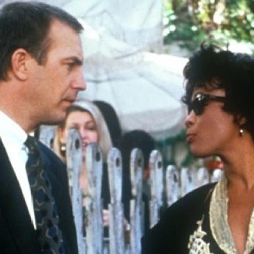 CINEMA: Com Kevin Costner, 'O Guarda Costas' emociona o público e alavanca a carreira de Whitney Houston, que interpretava a canção de sucesso 'I Will Always Love You', tema romãntico do filme.
