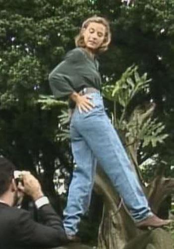 MODA: As mulheres tinham em seu guarda-roupa uma peça essencial: a calça baggy com cintura alta, utilizada por atrizes de novelas e personalidades da época.
