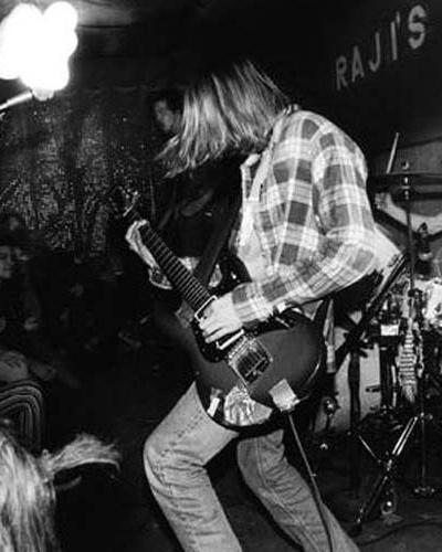 MÚSICA: O movimento Grunge chega com força total. Jovens do mundo inteiro passam a se vestir com tênis all star, calças jeans surradas e blusas flaneladas. No início da década de 90, o auge do movimento trouxe o Nirvana e o Perl Jam aos topos das paradas musicais.