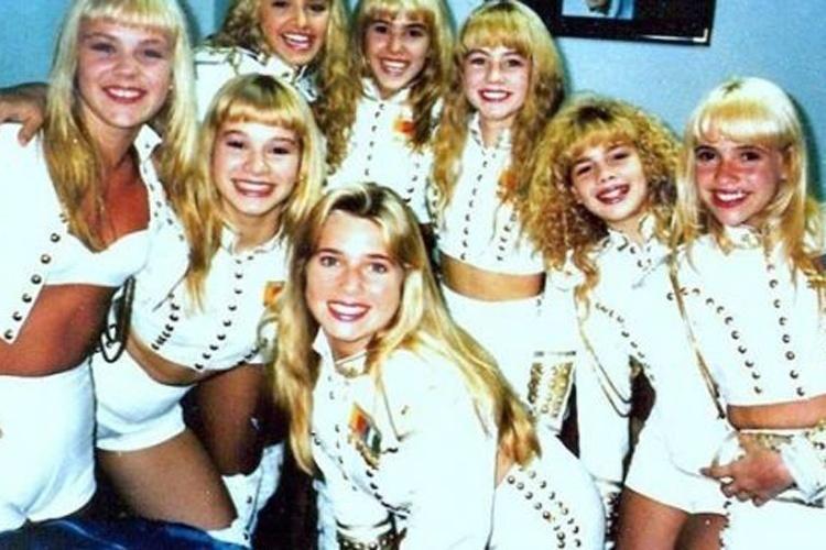Aos 14 anos, ela começou sua carreira na televisão no 'Xou da Xuxa' como uma das paquitas da apresentadora. Por ser desligada e desajeitada, Letícia Spiller ganhou o apelido Pituxa Pastel e a simpatia das crianças. Na foto, ela aparece ao lado de suas companheiras de palco (a participação do programa foi de 1986 a 1992)