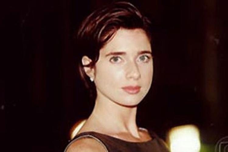 """1999 - De cabelo perto e curto, a atriz dá vida à vilã Maria Regina e na novela """"Suave Veneno"""""""