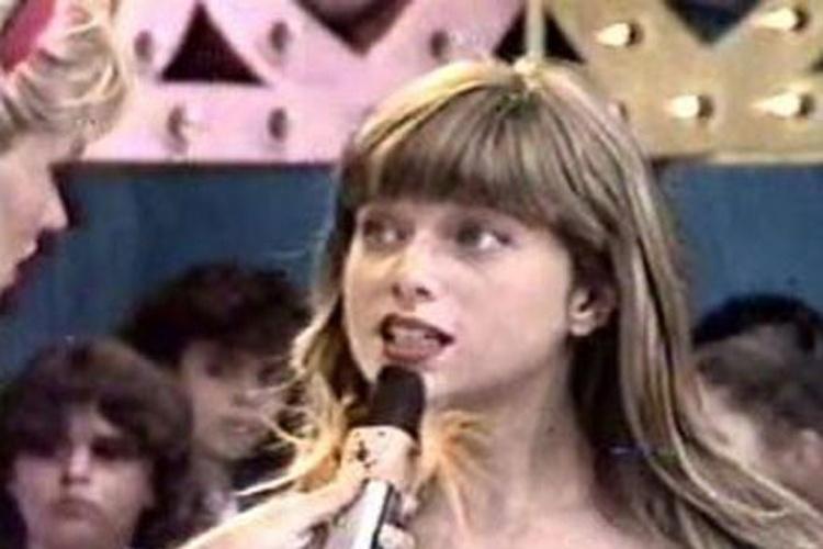 """Letícia se demonstrou bastante desenvolta e logo no primeiro bate papo já mostrou a que veio. Deixando claro sua vontade de estar frente às câmeras e se tornar atriz, a garota também arrancou algumas gargalhadas de Xuxa com sua """"pastelice"""" (1986)"""