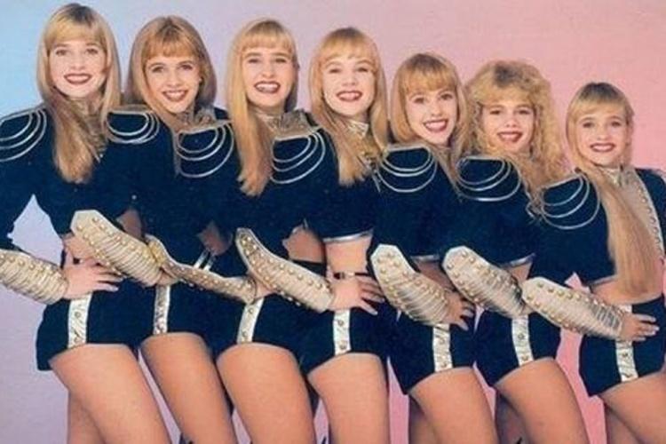 """Letícia Spiller (à esq.) posa para foto ao lado das suas colegas de palco do programa """"Xou da Xuxa"""" (1987 a 1992)"""