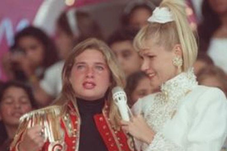 1986 - Letícia Spiller chora no seu primeiro dia como paquita ao lado de Xuxa