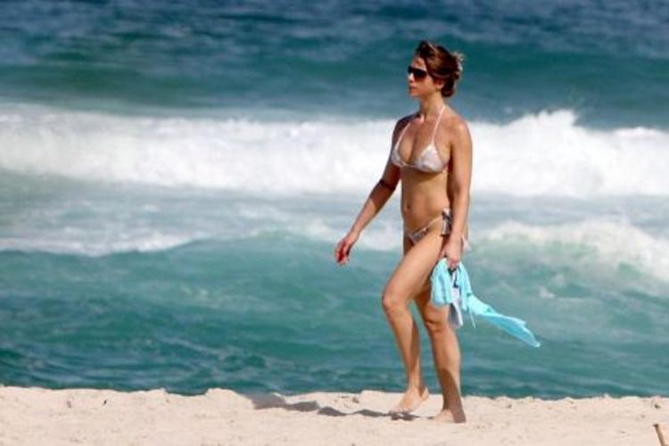Letícia Spiller exibe sua boa forma durante uma tarde de sol na praia da Barra da Tijuca (23/5/10). Na época, a musa estava prestes a completar 37 anos