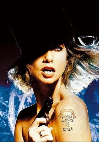"""2008 - Letícia Spiller posa como """"Bondgirl"""" para a sessão """"Capas Clássicas"""" da revista Playboy; ela reproduz a pose que a modelo Pat Russo fez para a edição norte-americana da revista em novembro de 1965, um mês antes do filme '007 contra a Chantagem Atômica' estrear nos EUA"""
