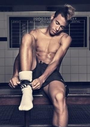 """O jogador Neymar em ensaio sensual da revista """"Tpm"""" (12/12/11)"""