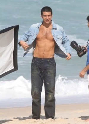 Sérgio Marone faz ensaio sensual para revista gringa na praia da Barra da Tijuca, no Rio de Janeiro (12/5/11)