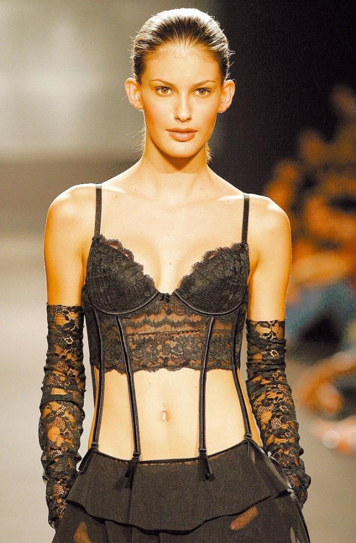 A modelo Carol Francischini desfila para o estilista Walério Araújo (23/5/2004)