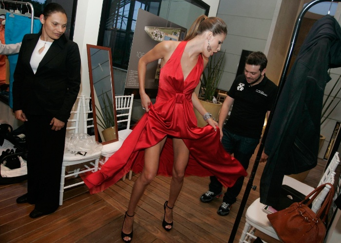 Carol Francischini nos bastidores de desfile da Dior no Brasil (19/8/09)