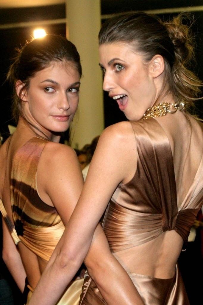 Carol Francischini posa ao lado da modelo Michele Alves, na São Paulo Fashion Week, em São Paulo (17/6/08)